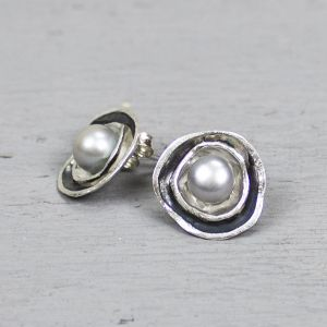19022 - Oorstekers wit zilver, geoxideerd zilver met grijze parel
