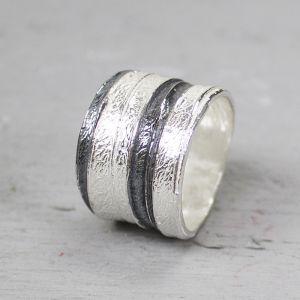 19196 - Ring wit zilver met strepen van geoxideerd zilver